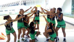 meninas-do-basquete-com-medalhas-e-trofeu